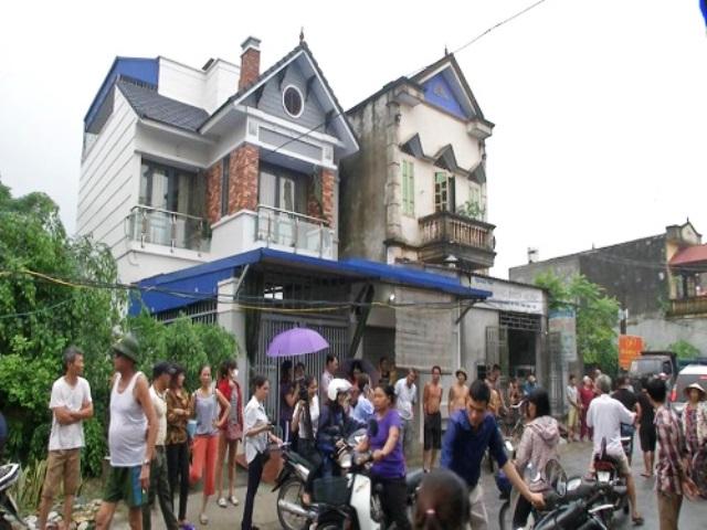 Rất đông người dân, phụ huynh các gia đình có trẻ bị sùi mào gà tập trung ở nhà bà Hoàng Thị Hiền yêu cầu làm rõ sự việc.