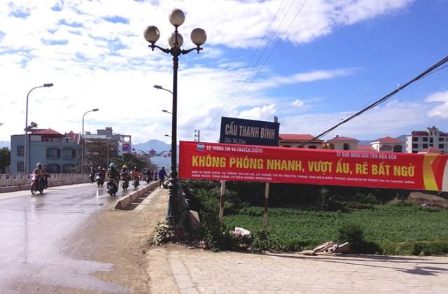 Nhiều băng rôn nhắc nhở người tham gia giao thông được treo khắp các tuyến đường của TP Điện Biên Phủ. Ảnh: LG