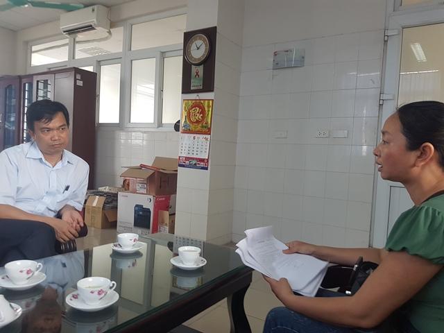 Bác sỹ Nguyễn Văn Hải, Giám đốc Trung tâm phòng chống HIV AIDS tỉnh Hải Dương giải thích về quy định không cung cấp thông tin về nạn nhân nhiễm HIV/AIDS. Ảnh: PV