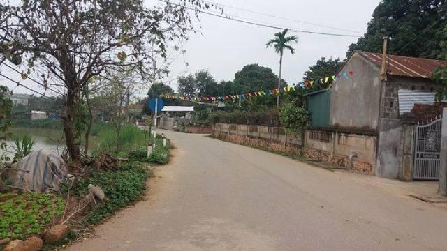 Con đường dẫn đến nhà vợ chồng chị H. Ảnh: N.T