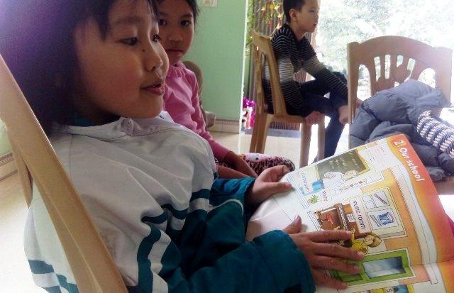 Quỳnh Anh đọc sách Tiếng Anh cho bạn nghe.