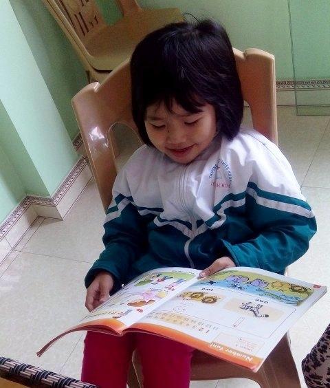 Cô bé thần đồng Đặng Thị Quỳnh Anh ngày nào giờ đã bước vào lớp 2. Ảnh: Phan Hường