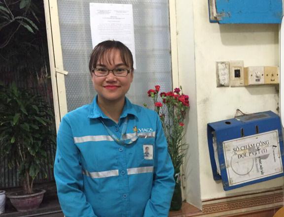 Chị Đặng Thị Lan quyết định trả lại hơn 150 triệu đồng cùng nhiều giấy tờ, tài sản khác cho khách Trung Quốc để quên trên tàu bay. Ảnh: CTV