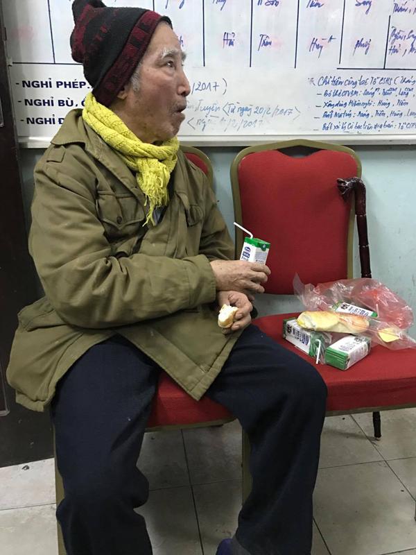 Cụ Trần Văn Trịnh được chăm sóc tại trụ sở công an phường Hoàng Liệt trong khi chờ tìm người thân.