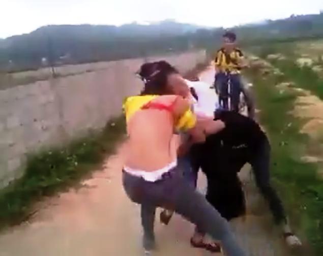 Clip 3 nữ sinh đánh nhau xuất hiện trên mạng xã hội facebook.