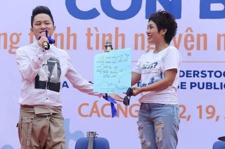 ca sĩ Tùng Dương giao lưu cùng với các trẻ em tự kỷ trong chương trình. Ảnh: ML