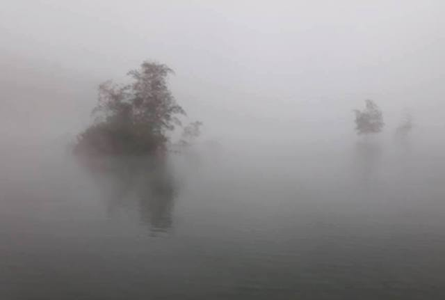 Mặt nước gần hồ thủy điện Thác Xăng thường xuyên có sương mù. Ảnh: Đinh Hằng