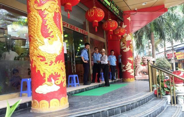 Bảo vệ công ty Thiên Ngọc Minh Uy luôn cảnh giác với người lạ.