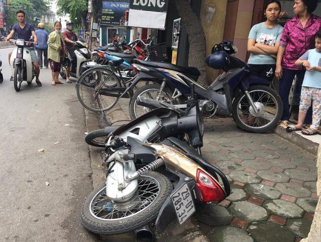 Chiếc xe máy của nạn nhân bị văng ra bên đường.