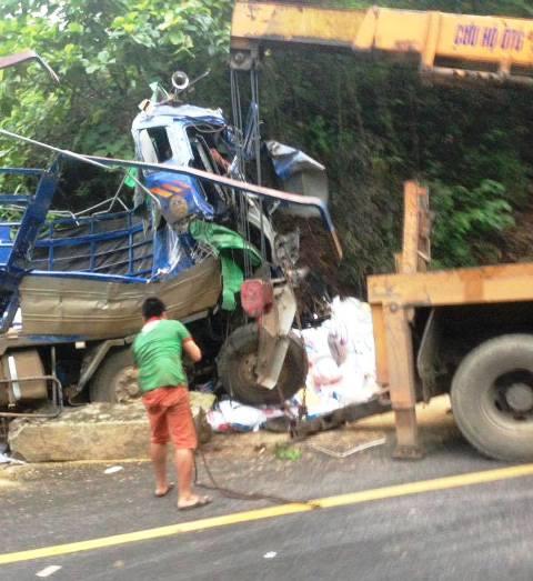 Cú đâm mạnh khiến chiếc xe tải bị biến dạng hoàn toàn.