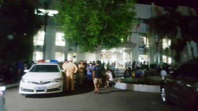 Hơn 23h đêm, lực lượng an ninh và CSGT vẫn đang túc trực trong và ngoài khuôn viên Bệnh viện đa khoa tỉnh Hòa Bình. Ảnh: Cao Tuân