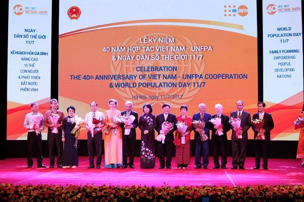 Phó Chủ tịch nước Đặng Thị Ngọc Thịnh tặng hoa cho các lãnh đạo, cán bộ gắn bó với công tác DS-KHHGĐ qua các thời kỳ