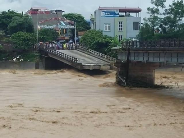 Cầu Thia (Nghĩa Lộ - Yên Bái) đã bị sập vì nước lũ. Đây là nơi phóng viên Đinh Hữu Dư bị cuốn trôi. Ảnh: Tùng Duy