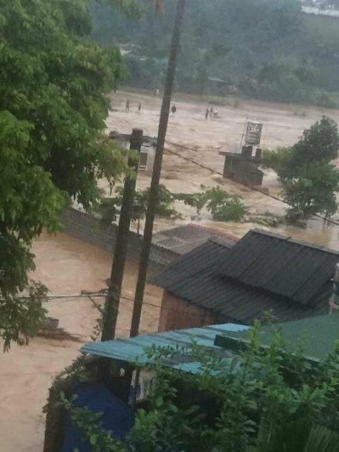 Hàng loạt những ngôi nhà bị chìm trong dòng nước lũ. Ảnh: Tùng Duy