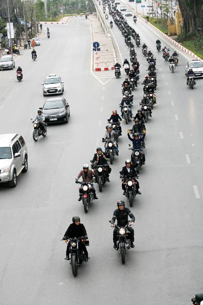 Đoàn diễu hành chạy theo lộ trình Cung thể thao-Đào Tấn-Võ Chí Công-Cầu Nhật Tân-Cầu Đông Trù-Cầu Chương Dương-Yên Phụ-Thanh Niên-Thụy Khê-Văn Cao.