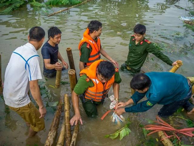 Công an huyện Nga Sơn ngâm mình trong nước lũ để cứu đê sông Hoạt
