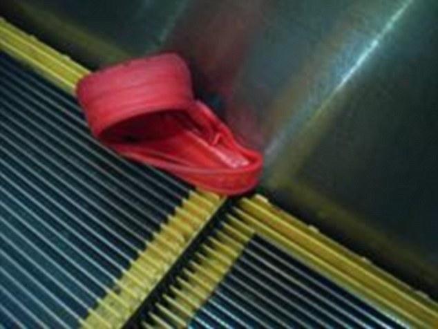 Chiếc dép Croc của cậu mắc một bên thang cuốn khi cậu rời khách sạn)