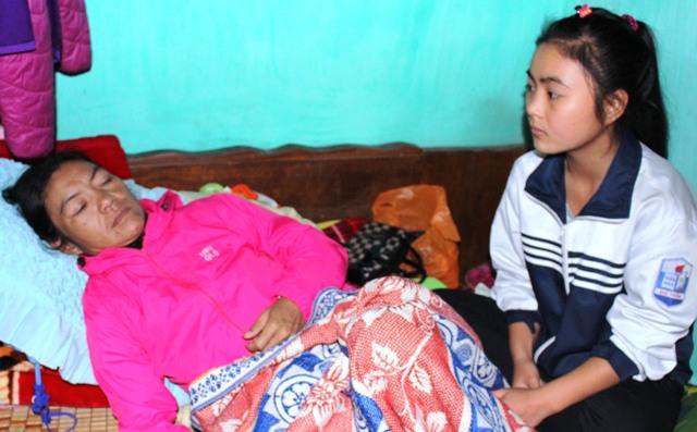 Cháu Ngô Thị Xuân Thúy (học lớp 9) động viên mẹ cố gắng chữa bệnh. Ảnh: Đức Toàn
