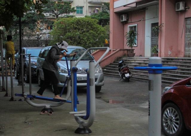Khu thể dục thể thao cả cư dân tòa nhà N5 thuộc cụm chung cư tái định cư phường Dịch Vọng ngày càng trở nên chật hẹp...