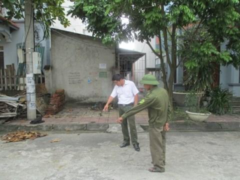 Lực lượng công an xã Bá Hiến tại hiện trường xảy ra vụ đánh ghen dã man. Ảnh: Trung Hiếu