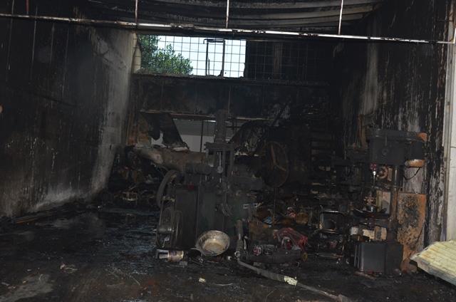 Cảnh tan hoang trong nhà sửa chữa, kinh doanh xe máy của gia đình anh Nam.