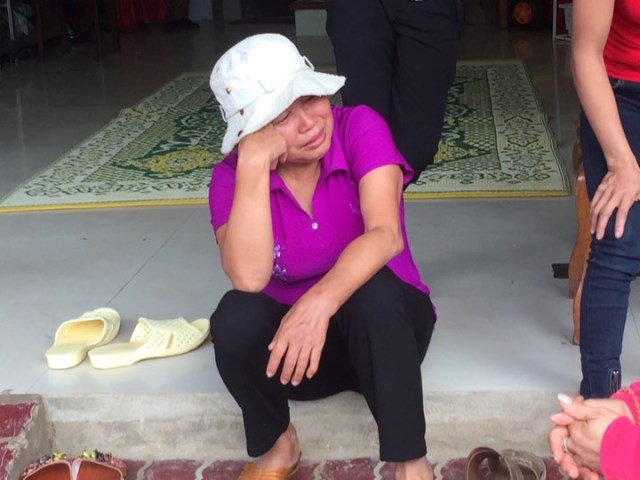 Mẹ chị Yến khóc lặng, thẫn thờ bên bậc cửa từ trưa qua đến giờ để ngóng tin con gái và cháu ngoại mất tích.