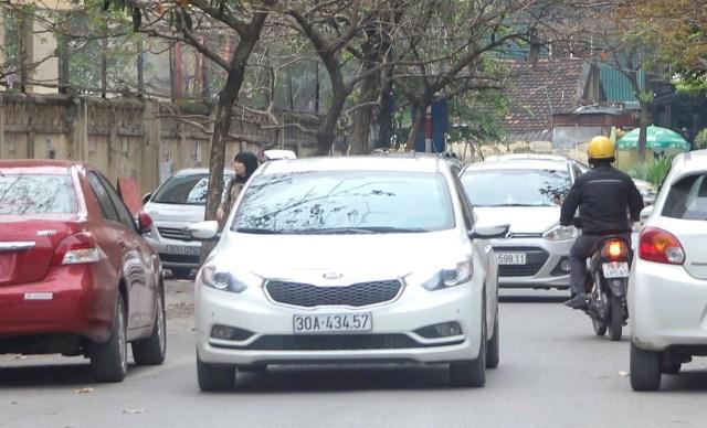 Dãy xe đỗ theo hàng dài 2 bên lòng đường dưới chân tòa nhà N1 (thuộc cụm chung cư tái định cư phường Dịch Vọng).