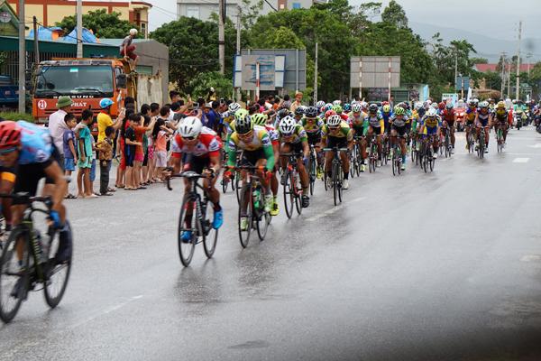 Đoàn đua nhận được sự cổ vũ nhiệt tình của người dân địa phương.