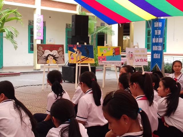 Học sinh lớp 8A3 đã thể hiện suy nghĩ và hành động của mình qua 10 bức tramh xung quanh chủ đề Hãy bảo vệ trẻ em khỏi xâm hại. Ảnh: TĐ