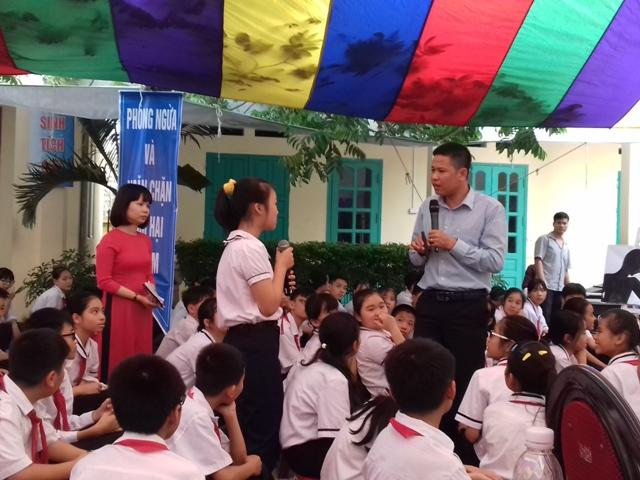 Học sinh tự tin trả lời các câu hỏi của chuyên gia Phạm Đạt về hành động nào bị coi là xâm hại trẻ em. Ảnh:TĐ