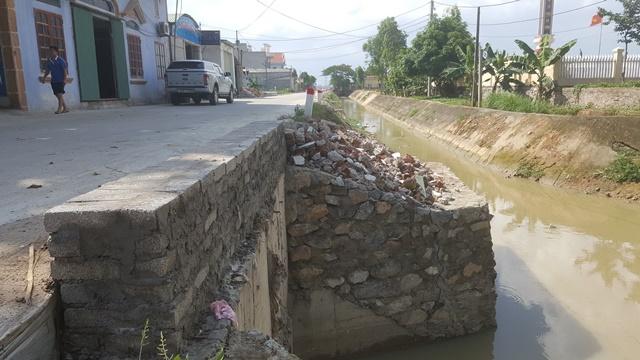 Theo lời người dân địa phương, do nhà thầu thay thế gạch xây dựng dẫn đến cống thoát nước mới hoàn thiện đã bắt đầu nứt toác. Ảnh: N.Tân