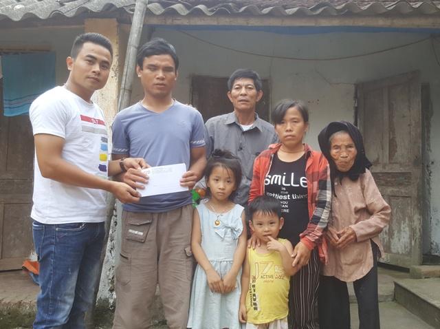 PV Báo Gia đình & Xã hội cùng đại diện chính quyền địa phương trao quà nhân ái đến gia đình anh Lê Đình Cường. Ảnh: C.T