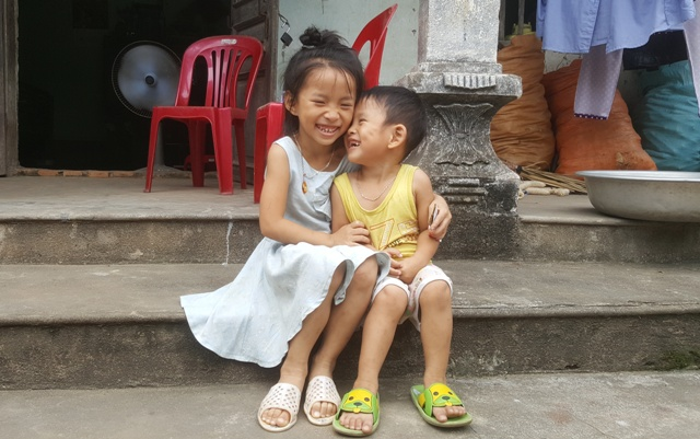 Bé Quỳnh Chi (6 tuổi) sung sướng vì sắp được đi học. Ảnh: C.T