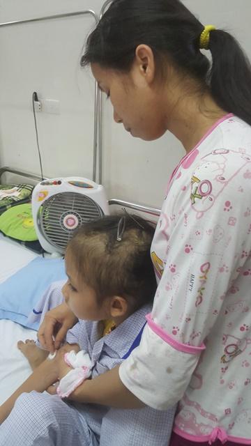 Qua những đợt điều trị đau đớn, bé Yến đã bị rụng rất nhiều tóc. Ảnh: PV