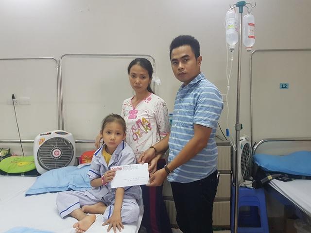 PV Báo Gia đình & Xã hội trao tiền bạn đọc ủng hộ đến gia đình bé Lâm Thị Hải Yến. Ảnh: PV