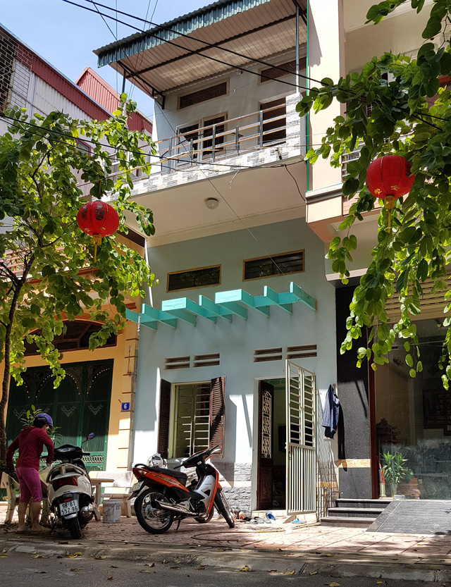 Căn nhà 2 tầng (giữa) có địa chỉ số 4/454 đường Xương Giang, phường Ngô Quyền, thành phố Bắc Giang là nơi Công ty TNHH Mộc Linh Chi đăng ký làm trụ sở kinh doanh thời điểm trưa ngày 04/10/2017 không có biển hiệu tên công ty bên ngoài.
