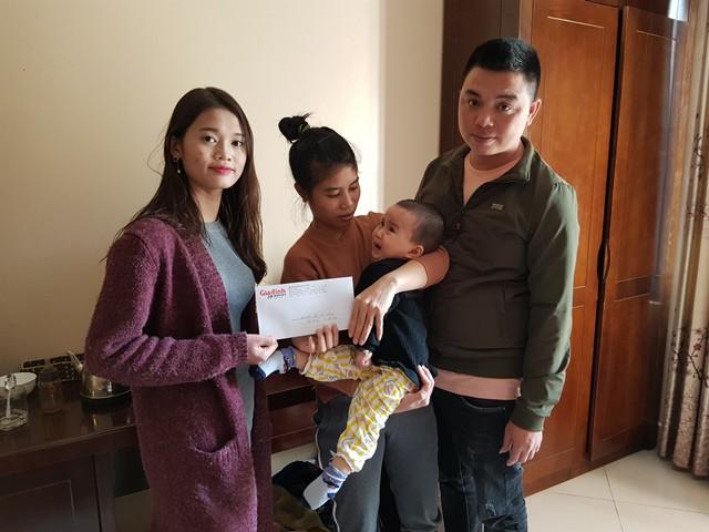 Đại diện chuyên mục Vòng tay Nhân ái số tiền 4.200.000 đồng của bạn đọc ủng hộ đến gia đình bé Bùi Thị Bảo An.