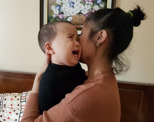 Từ một đứa bé kháu khỉnh, đáng yêu, Bảo An trở nên không nhận thức được gì, teo não, mắt không nhìn thấy. Ảnh: PV