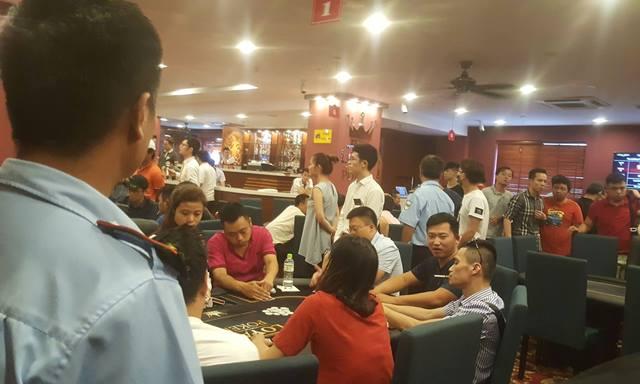 Rất đông người chơi có mặt tại Loyal Poker Club ngày cuối tuần. Ảnh: Cao Tuân
