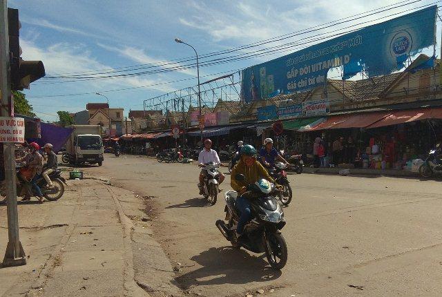 Nhiều người dân khu chợ Đô Lương còn bàn tán về sự việc.