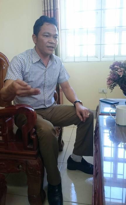 Ông Nguyễn Xuân Huân - Chủ tịch UBND phường Trung Đô kể lại sự việc. ẢNH: V. Đồng