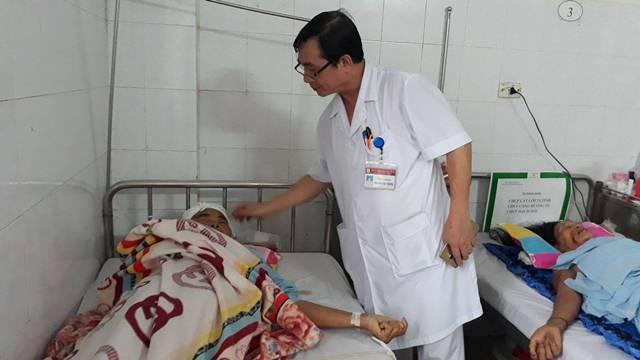 Bác sỹ Nguyễn Văn Chung - phó Giám đốc bệnh viện kiêm Trưởng khoa Phẫu thuật thần kinh lồng ngực Bệnh viện đa khoa tỉnh Thanh Hóa đang khám cho bệnh nhân Mai Thị Ân sau phẫu thuật.