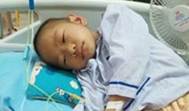 1 năm qua, bé Hữu Dương nằm viện nhiều hơn ở nhà, nhiều lần truyền hóa chất em lả đi vì mệt (ảnh gia đình cung cấp)