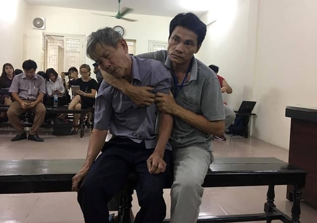 Tại phiên tòa, người nhà của bị cáo Nguyễn Danh Vĩnh phải ngồi cùng để dìu cho bố.