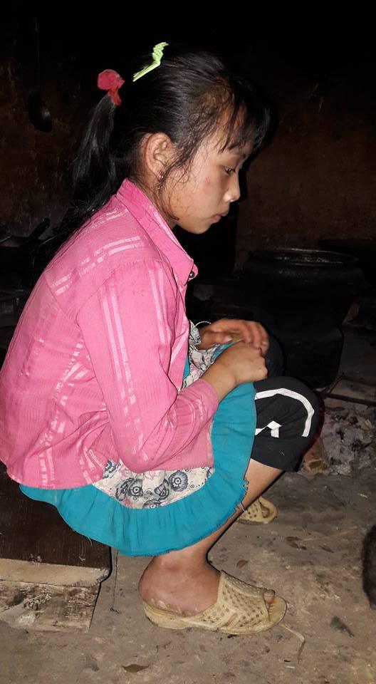 Bé Ly Thị Dính buồn bã trong gian bếp chờ các cô giáo vận động bà nội kế cho đi học. Ảnh: C. K