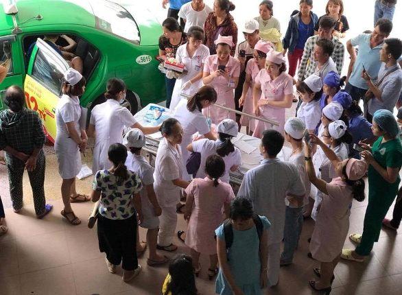 Niềm vui của các y, bác sĩ cũng như người dân khi ca đẻ hi hữu thuận lợi. ẢNH: N. A