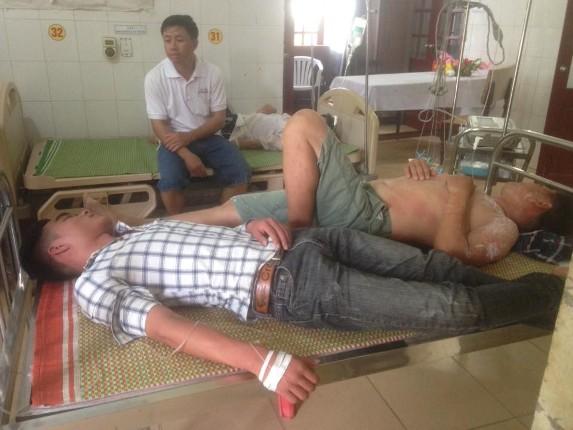 Một số người dân bị ong đốt đang nằm điều trị tại bệnh viện. Ảnh: Q. Đạt