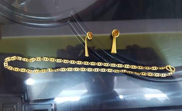 Dây chuyền và bông tai vàng của bà S. bị Hùng lấy đi bán sau khi giết nạn nhân (ảnh công an cung cấp)