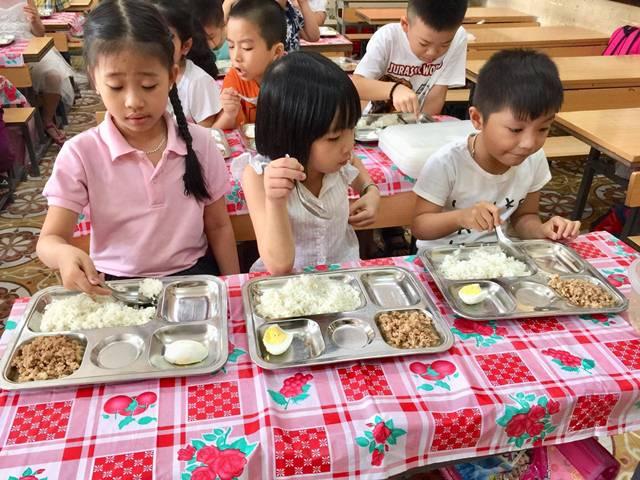 Một trong các bữa ăn của học sinh Trường Tiểu học Điện Biên 2 được đánh giá đảm bảo chất dinh dưỡng