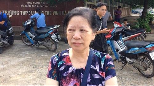 Phụ huynh khóc trước sự ra đi của PGS Văn Như Cương.